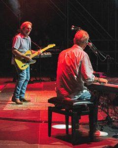 Durante il concerto (proprietà della foto di @AmericaTheBand online su https://www.facebook.com/Americaband/)